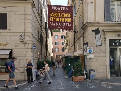 Via-Margutta-con-larazzo-della-Mostra-dellAssociazione-Cento-Pittori